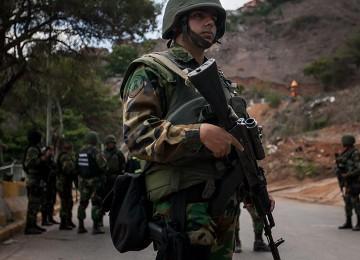 Instan a militares a sumarse a huelga general