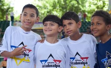 Grupo Atahualpa donó material deportivo a escuela de futsal