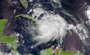 Evacúan a residentes de Florida por paso de huracán Matthew