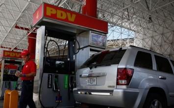 Vuelven las largas colas para poner gasolina en Caracas