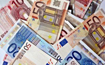 El euro se desvaloriza levemente frente al dólar
