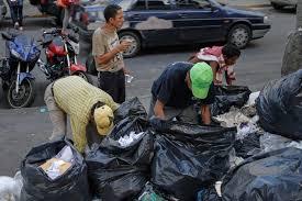 Comerciantes del Centro serán multados si sacan la basura en horario legal para evitar que los pobres busquen alimentos