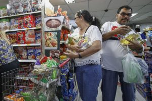 Venezuelans shop for groceries at a supermarket in Cucuta, Norte de Santander department, Colombia on July 10, 2016. Thousands of Venezuelans crossed Sunday the border with Colombia to take advantage of its 12-hour opening after it was closed by the Venezuelan government 11 months ago. Venezuelans rushed to Cucuta to buy food and medicines which are scarce in their country. / AFP PHOTO / Schneyder Mendoza