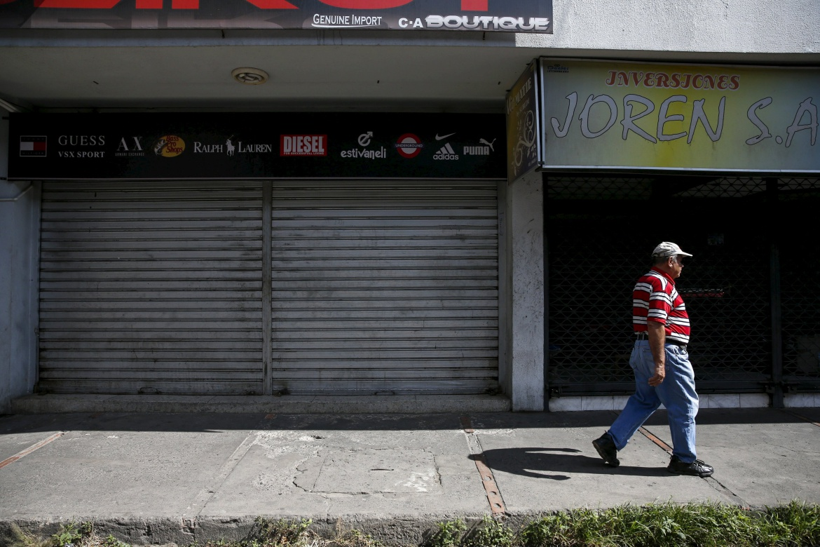 A man walks past closed stores near the border with Colombia at San Antonio in Tachira state, Venezuela, August 26, 2015. Shaken by the deportation of over a thousand compatriots, Venezuela's roughly 5 million Colombians are grappling with whether to stay on in the crisis-hit country that has become increasingly unlivable. REUTERS/Carlos Garcia Rawlins