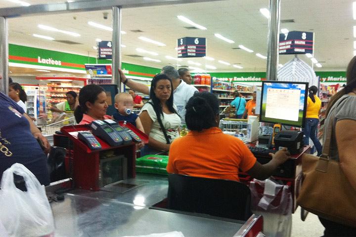 Abren procedimiento a cinco cadenas de supermercados por especulación