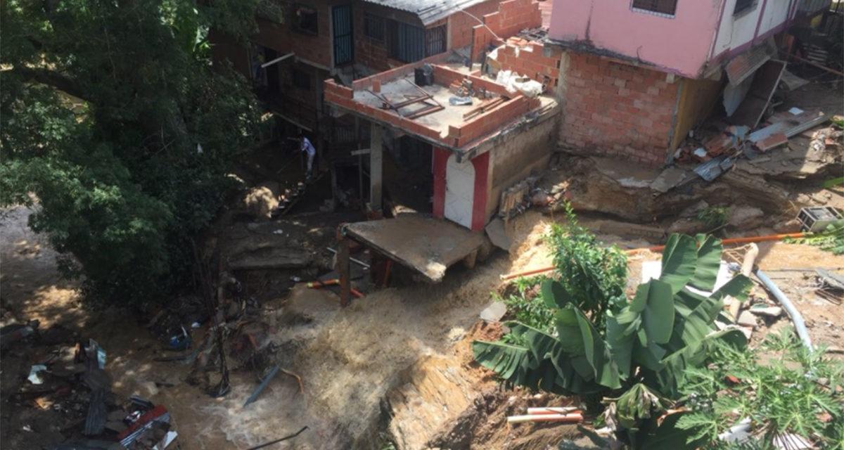 Colapso de una tubería causa desastrosos derrumbes en La Guairita