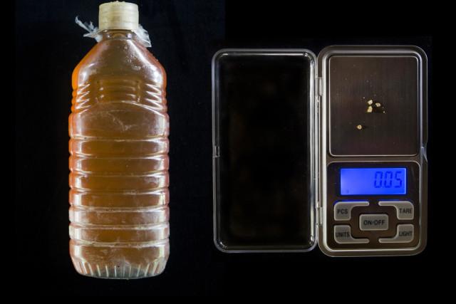 Medio litro de gasolina, que el gobierno mantiene muy barato en otros lugares: 0,05 gramos.