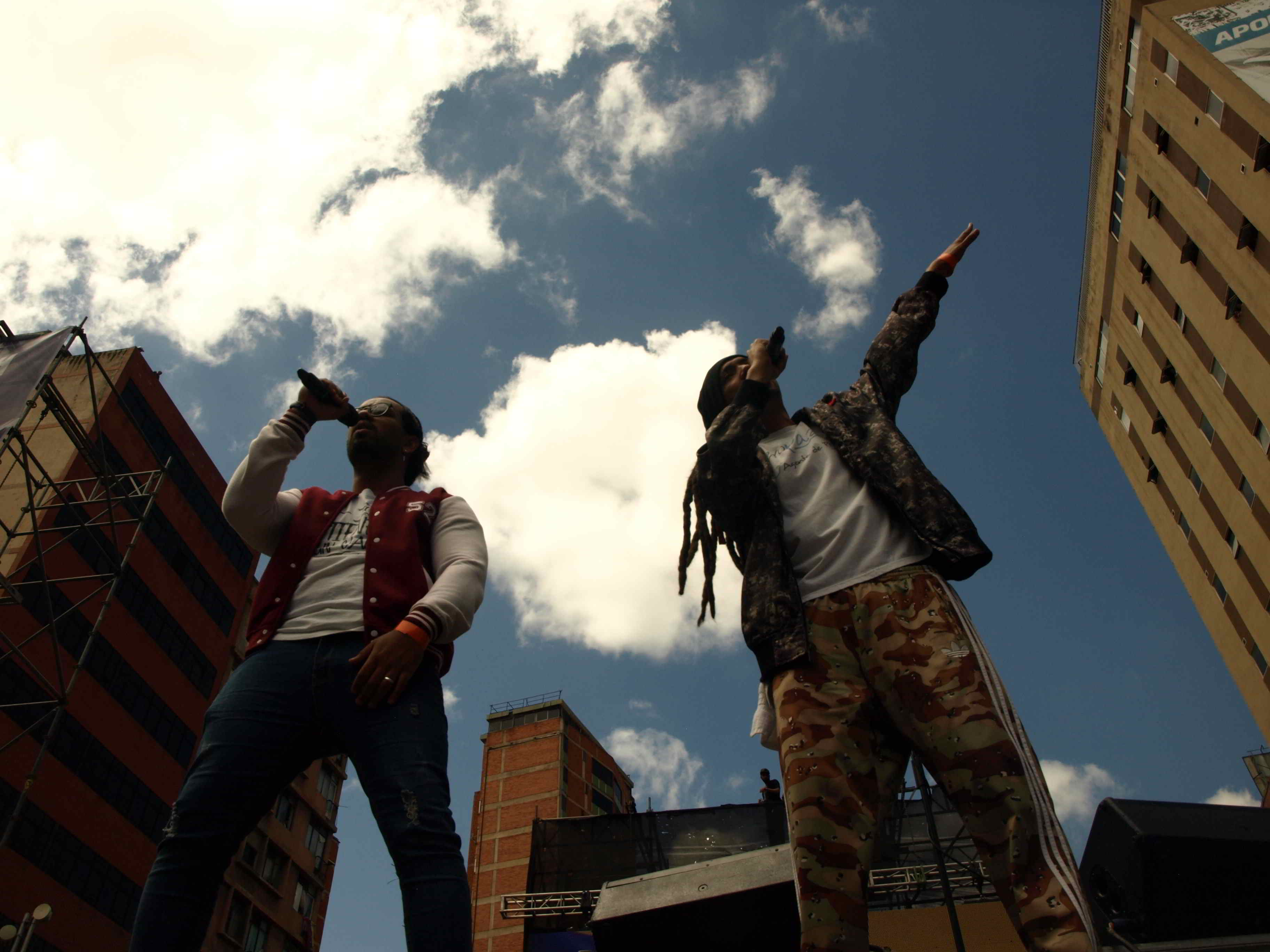 One Shot y Carlos Bracho rapeando por la Libertad