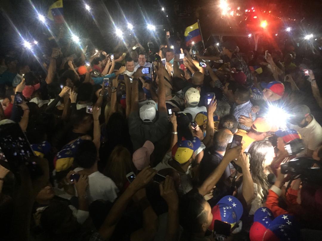 Punto Fijo esperó a Guaidó alumbrando con celulares tras un apagón