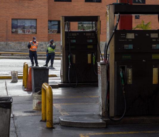 militares en estación de gasolina
