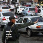 militar en cola por gasolina