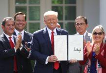 Trump firmó una orden ejecutiva a favor de la comunidad latina
