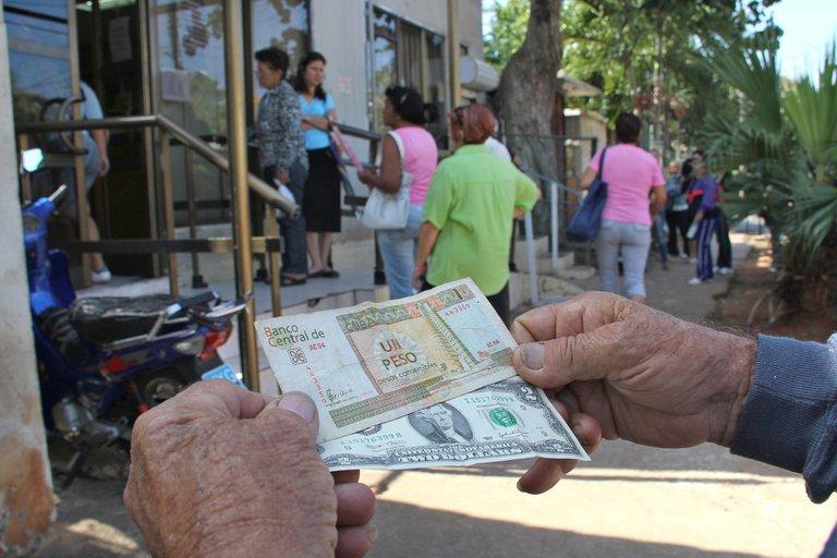 Cuba promueve el uso del dólar en un intento por rescatar su economía