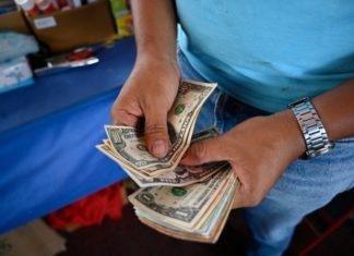 """Economista Oscar Torrealba: """"La falta de bolívares potenció el alza del tipo de cambio en los últimos días"""""""