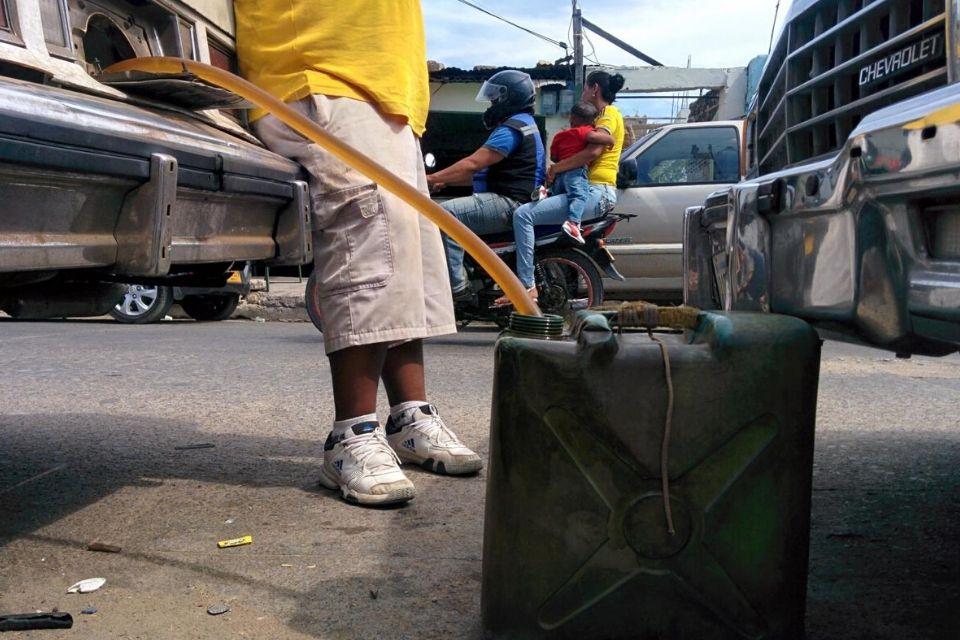 Comerciantes en Táchira trabajan con gasolina de Colombia, detalló la diputada Karim Vera