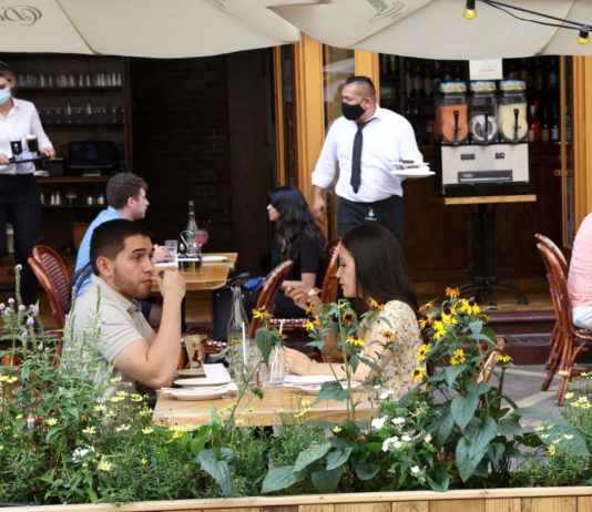 Las ventas en los restaurantes de Nueva York continúan cayendo sin ayuda, según encuesta