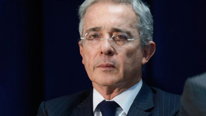 Álvaro Uribe renuncia a su curul en el Senado