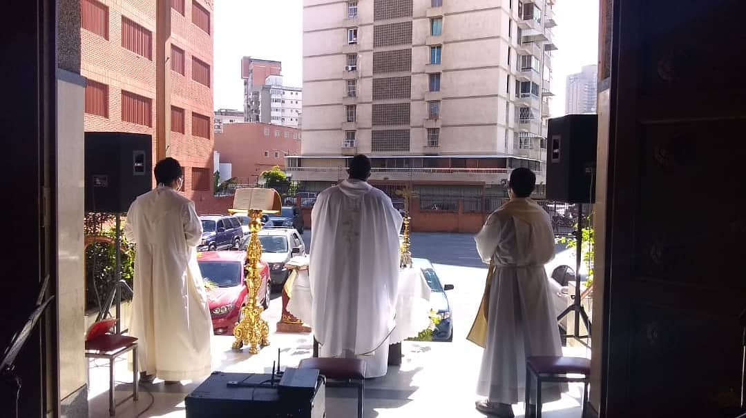 Iglesia venezolana imparte auto-misas durante la cuarentena