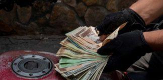 """Economista expone dos razones que convirtieron al bolívar en """"una moneda repudida"""""""