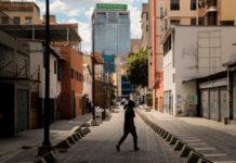 Venezolanos pulsan el interruptor sin saber si habrá luz y abren el grifo sin obtener agua