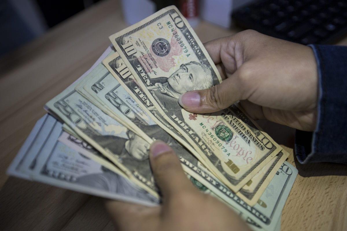 """Analista financiero estima que """"cada día son menos venezolanos los que mueven bolívares en Venezuela"""""""