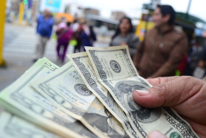 Economista explicó por qué sigue subiendo el precio del dólar paralelo