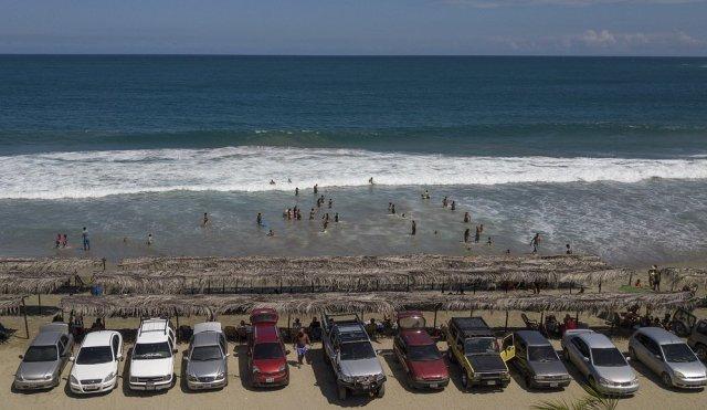 AP: Tras 7 meses, miles de venezolanos regresaron a las playas en la flexibilización de la cuarentena