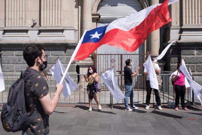 Legales pero sin documentos, el limbo de miles de migrantes en Chile