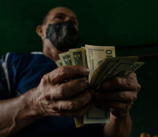 A mediados de 2021 puede aplicarse un plan de dolarización para Venezuela según Bloomberg