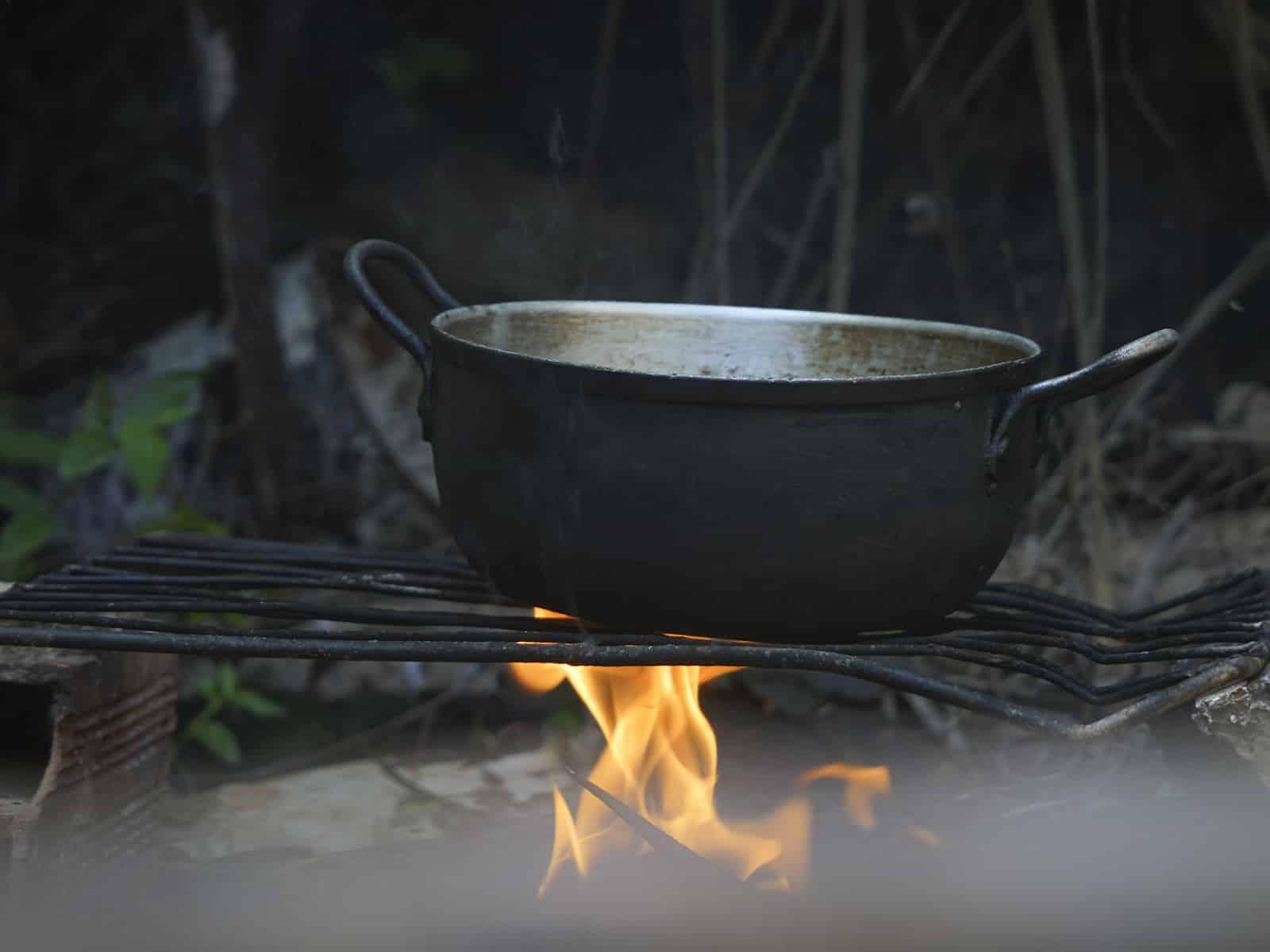 Escasez de gas tiene a familias venezolanas entre cocinas eléctricas y leña