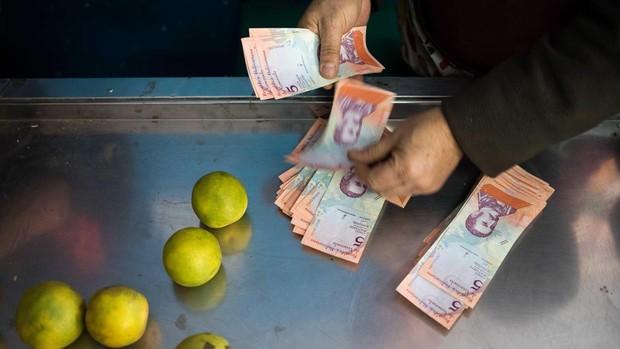 Economista expone dos razones que convirtieron al bolívar en