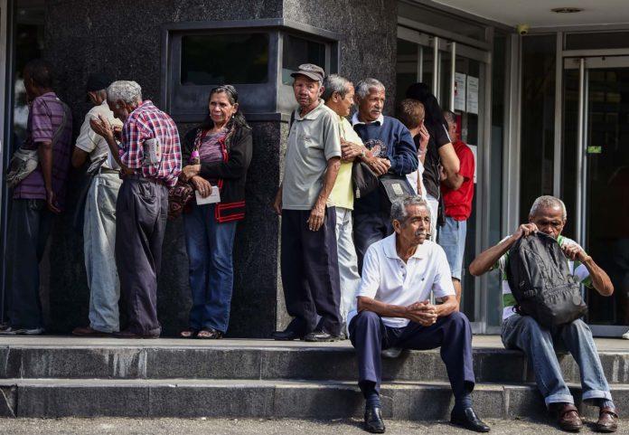 """A los pensionados y jubilados venezolanos los """"años dorados"""" se les van en colas y maltratos"""