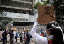 Reuters: Empleados públicos abandonan sus oficinas por bajos salarios