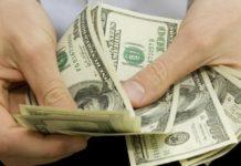Venezolanos estiman que una dolarización puede traer un cambio en medio de la crisis