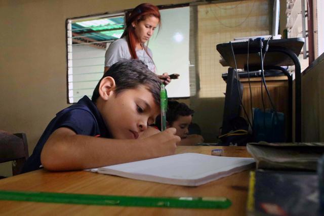Tareas escolares vacían los bolsillos de los padres venezolanos