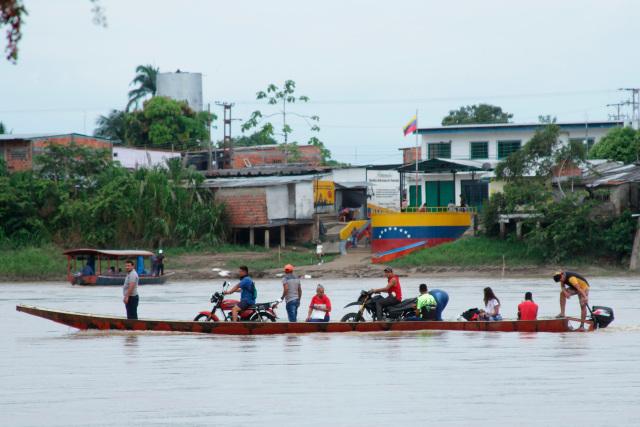 Continúa flujo de venezolanos a Colombia por combates en zona fronteriza, según Cuerpo de Bomberos de Arauquita