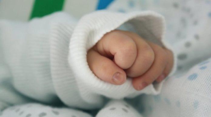 Comerciantes aseguran que las ventas de ropa para recién nacidos siguen bajas pese a sus ofertas
