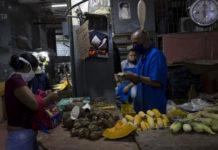 """Salarios dolarizados en Venezuela son una mejoría """"insuficiente"""""""