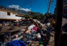 """Sobrevivir hurgando entre la basura: La """"otra"""" realidad de una Venezuela pobre"""