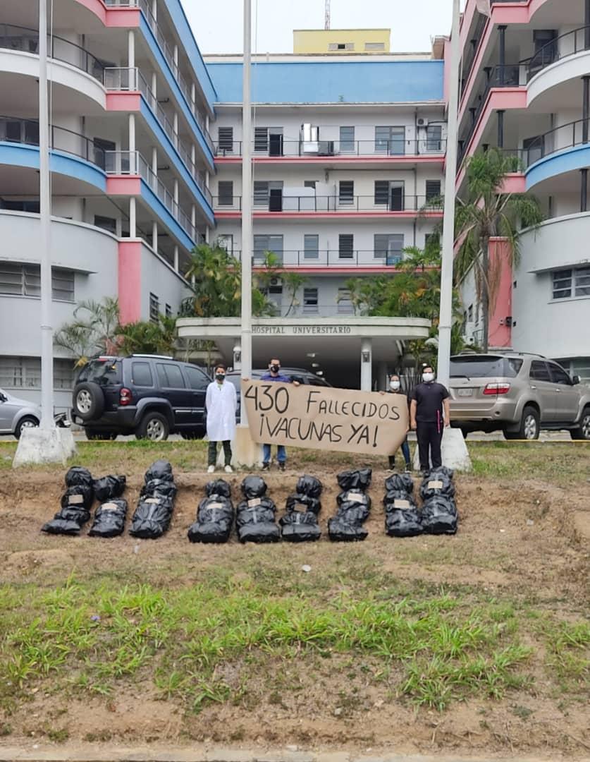 Universitarios protestan por un plan de vacunación que incluya a médicos y periodistas
