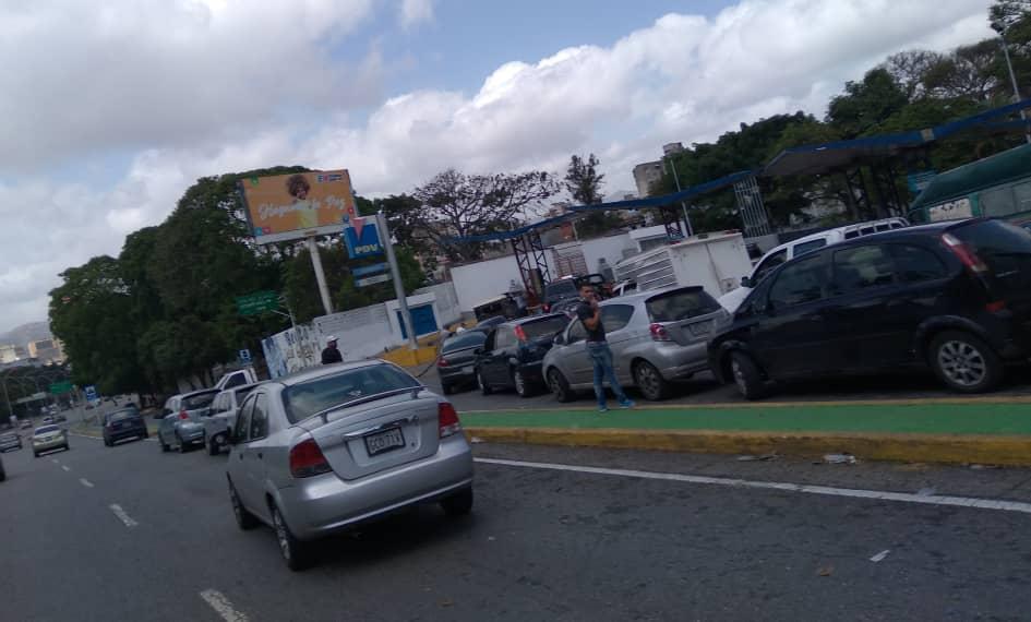 Persisten las colas para cargar gasolina a precio subsidiado en Caracas