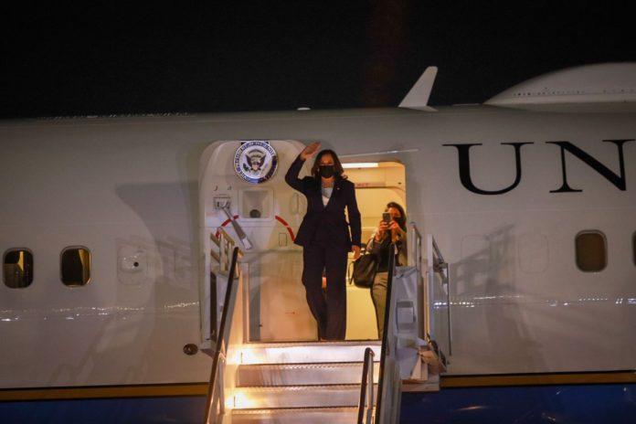 Kamala Harris llega a México para reunirse con AMLO