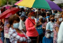 Reuters: Venezuela, bajo sanciones, pide a los bancos locales que paguen las vacunas
